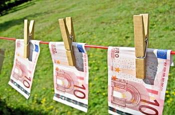 Geldscheine auf einer Wäscheleine