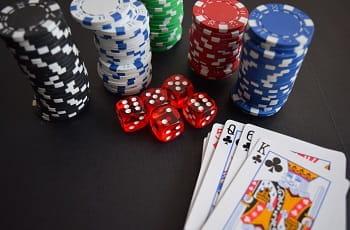 Glücksspiel Symbolbild mit Chips, Würfeln und Karten