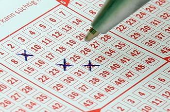 Stift beim Ankreuzen von Lottozahlen
