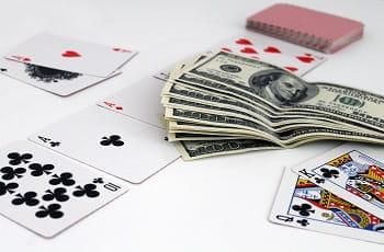 Pokerkarten und Geldscheine