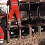 Feuerwehrleute graben einbetonierte Automaten aus