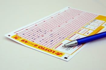 Ausgefüllter Lottoschein mit Kugelschreiber