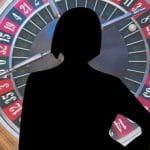 Sihouette einer Frau vor einem Roulette Rad