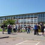 Schüler vor Schulgebäude in UK