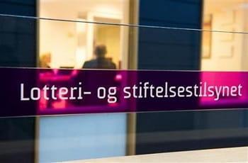 Ein Schriftzug auf einem Fenster zeigt den Namen der norwegischen Glücksspielaufsicht.