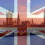 Ein Foto des britischen Parlamentsgebäudes, Palace of Westminster in London, hinter dem Schleier der britischen Flagge.