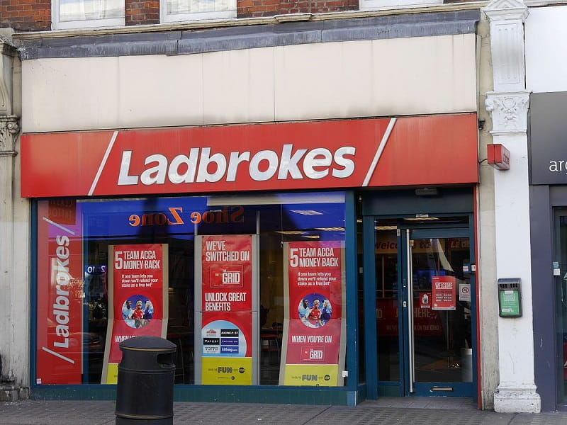 Eine Ladbrokes Coral Filiale an der North End Road in London