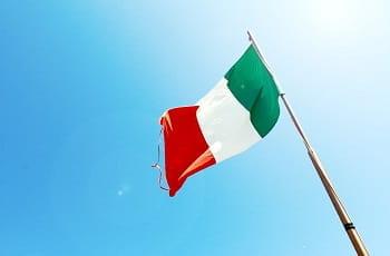 Eine italienische Flagge im Wind