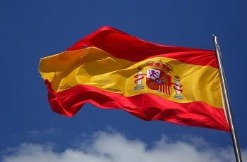 Eine spanische Nationalflagge im Wind.