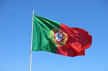 Eine portugiesische Flagge im Wind.