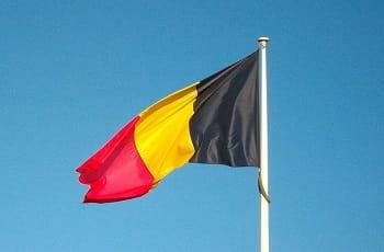 Eine belgische Flagge im Wind.