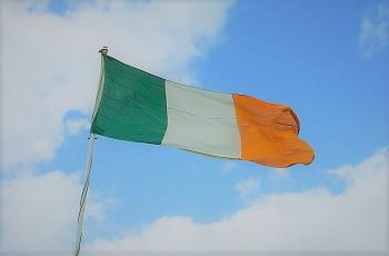 Eine Irland-Flagge im Wind.