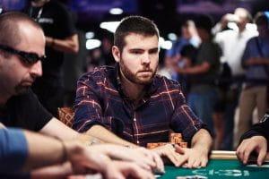 Der Profi Jake Sinclair an einem Poker Tisch kurz vor einem großen Gewinn.
