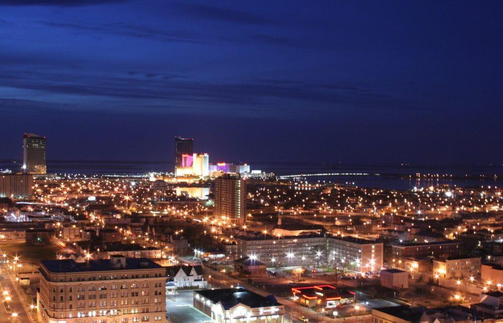 Die Skyline von Atlantic City, hellerleuchtet bei Nacht.