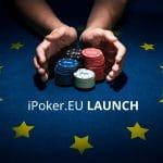Das Bild kündigt den Start von Playtechs neuer Pokerplattform an. Zu sehen sind zwei Hände mit Jetons auf einem blauem Pokertisch mit gelben Sternen.