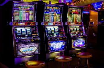 Das Bild zeigt Spielautomaten im Casino.