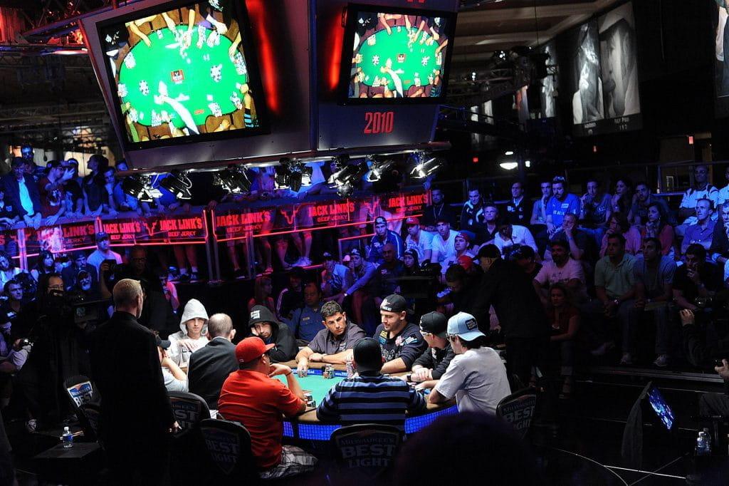 Das Bild zeigt Pokerspieler bei einem Turnier.
