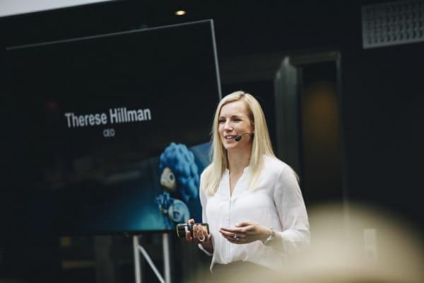 Zu sehen ist Frau Therese Hillman, die leitende Geschäftsführerin von NetEnt, bei einer Präsentation.