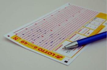 Ein ausgefüllter Lottoschein.