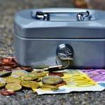 Eine Kasse mit Geldscheinen und Münzen.