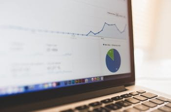 Das Bild zeigt einen Laptop Bildschirm mit Statistiken.