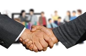 Ein Handshake in Großaufnahme.