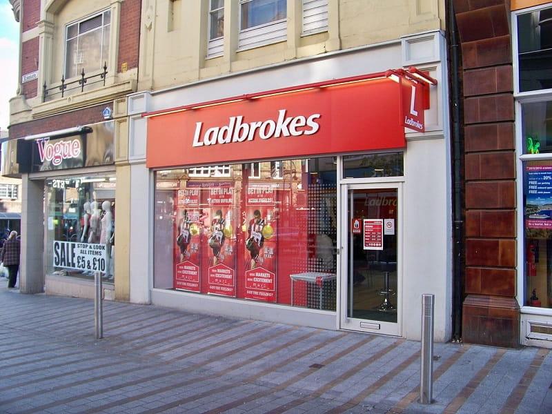 Eins von über 2.700 Ladbrokes-Wettbüros im Vereinigten Königreich, hier in Leeds, England.