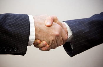 Ein Handshake beschließt den Deal.