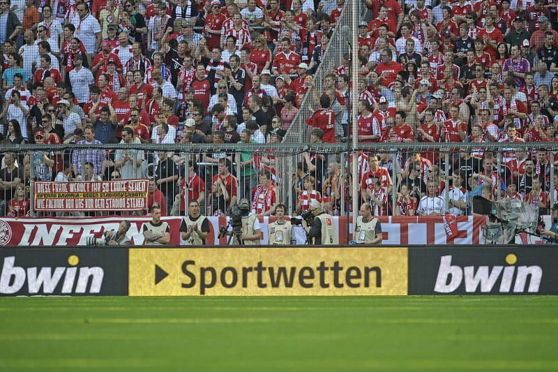 Eine Bandenwerbung von bwin in einem Stadion der 3. Liga.