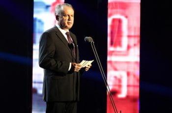 Ein Porträt des slowakischen Präsidenten Andrej Kiska, der ein Redemanuskript haltend hinter Mikrofonen auf einer Bühne steht.