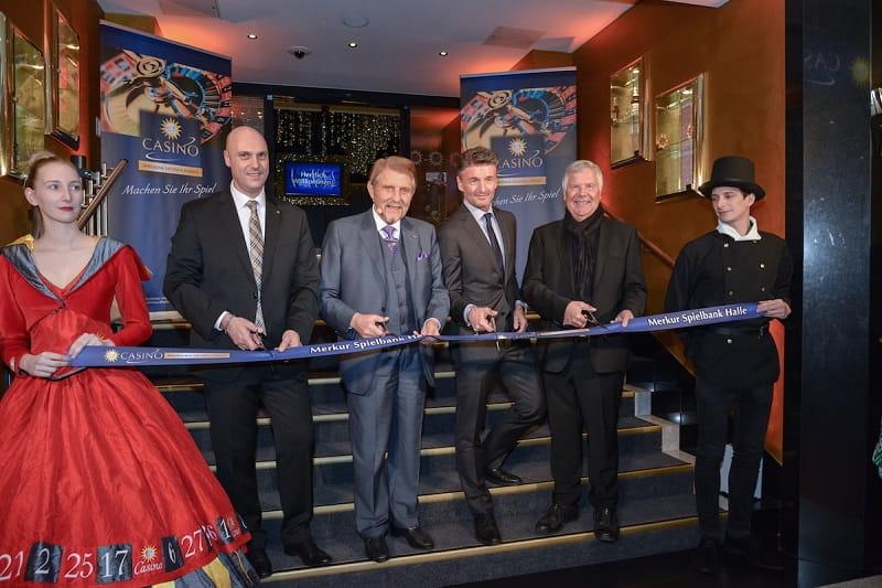 Paul Gauselmann (Mitte) eröffnet seine neue Spielbank in Halle (Saale).
