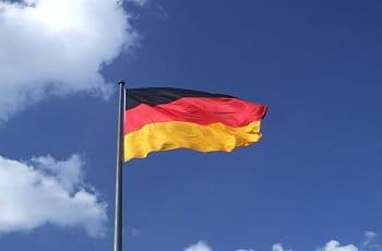 Eine deutsche Flagge im Wind.