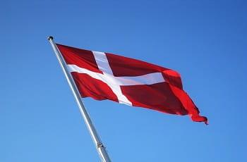 Eine dänische Flagge im Wind.