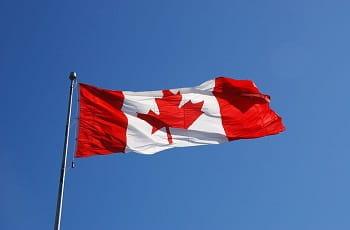 Eine kanadische Flagge im Wind.