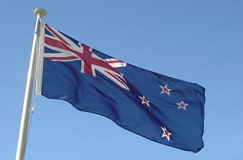 Eine neuseeländische Flagge im Wind.