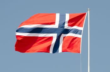 Eine norwegische Flagge im Wind.