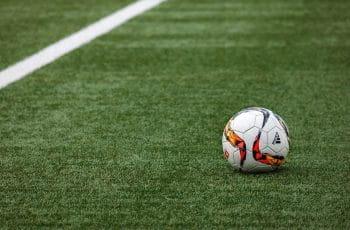 Ein Fussball auf einem Fussballfeld.