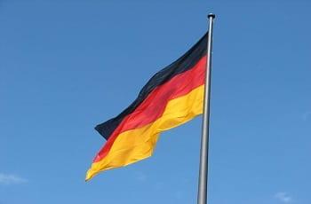 Eine Deutschlandfahne im Wind.