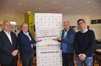 Die Scheckübergabe von Klaus Wowereit an MANEO.