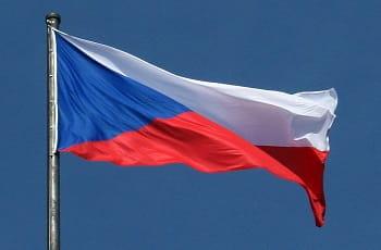 Eine tschechische Flagge im Wind.