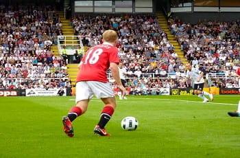 Paul Scholes (Manchester United) beim Freistoß..