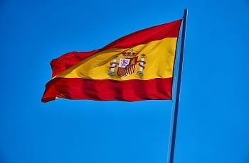 Spanische Flagge im Wind.