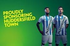 Das Logo des Buchmachers Paddy Power auf den Trikots von Huddersfield Town.