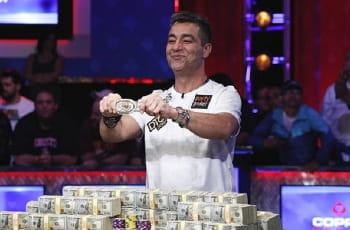 Der WSOP-Gewinner Hossein Ensan jubelt über den Sieg.