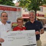 Frank Steffel (CDU) überreicht einen Scheck der Spielbank Berlin.