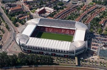 Das Philips Stadion des PSV Eindhoven aus der Vogelperspektive.