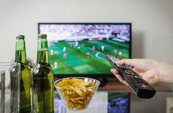 Fußball gucken mit Bier und Chips.