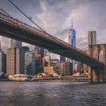 Ein Blick auf die Brooklyn Bridge in New York City.