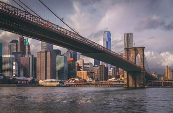 Ein Blick auf die Brooklyn Bridge in New York City.