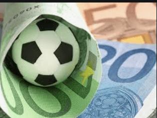 Fussball und Geldscheine.